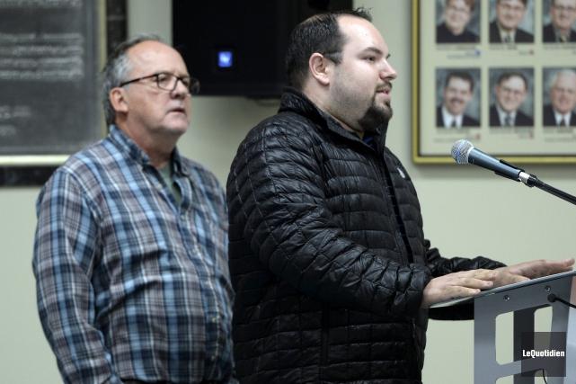 Les citoyens Gaston Simard (à gauche) et Yannick... (Photo Le Quotidien, Jeannot Lévesque)