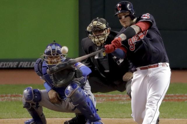 Le receveur des Indians de Cleveland, Roberto Perez,... (AP, Charlie Riedel)
