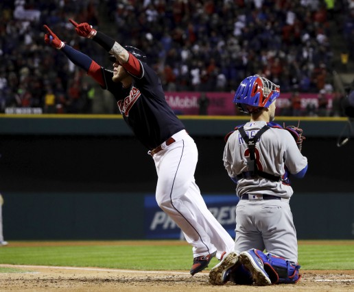Le receveur des Indians Roberto Perez a frappé... (David J. Phillip, Associated Press)