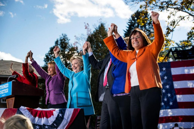 Hillary Clinton faisait campagne lundi avec des candidates... (Photo Doug Mills, The New York Times)