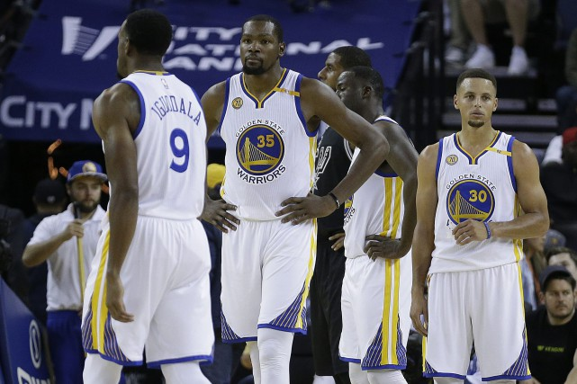 Andre Iguodala (9), Kevin Durant (35) et Stephen... (Photo Ben Margot, AP)