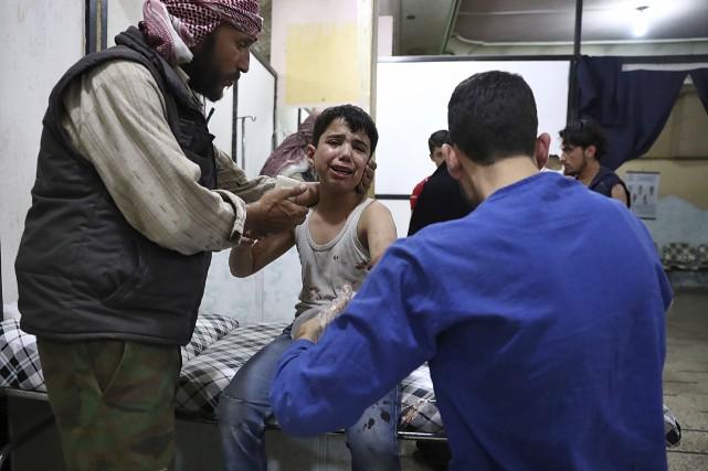 Un enfant reçoit des soins après avoir été... (AFP, Abd Doumany)