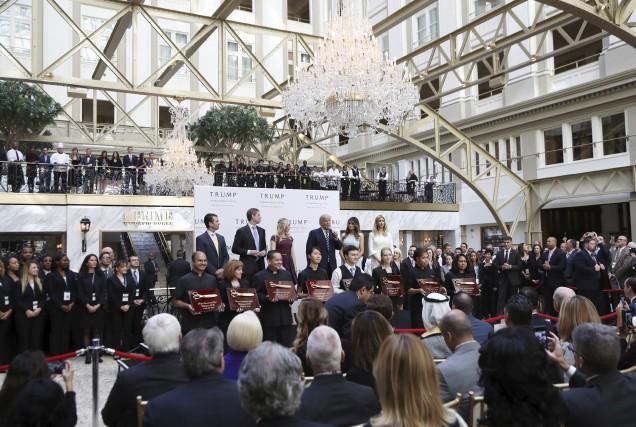 Donald Trump et des membres de sa famille... (AP, Manuel Balce Ceneta)