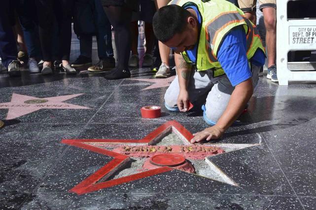 Un employé s'affaire à réparer l'étoile de Donald... (AFP, Frederic J. Brown)