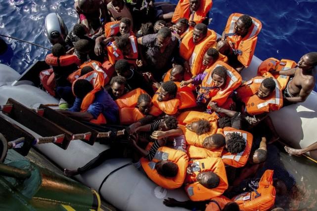 Des survivants qui étaient à bord d'un canot... (AP, Borja Ruiz Rodriguez)