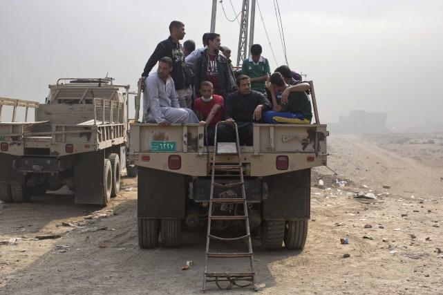 L'évacuation des derniers villages avant Mossoul se poursuivaient... (AP, Marko Drobnjakovic)