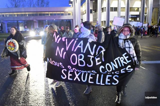 200 personnes ont participé à la marche contre... (Photo Le Quotidien, Rocket Lavoie)