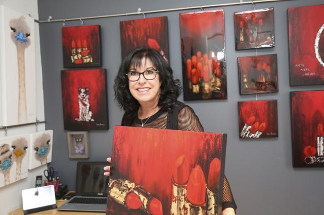 L'artiste peintre Céline Brodeur, devant sa série intitulée... (photo julie catudal)