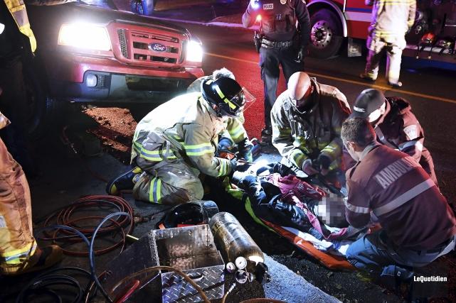 Les pompiers appelés sur les lieux ont d'abord... (Photo Le Quotidien, Rocket Lavoie)