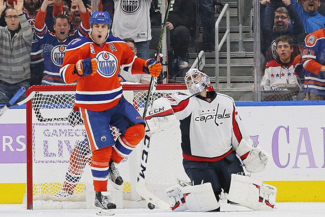 Milan Lucic célèbre devant le filet de Braden... (Photo Perry Nelson, USA Today Sports)