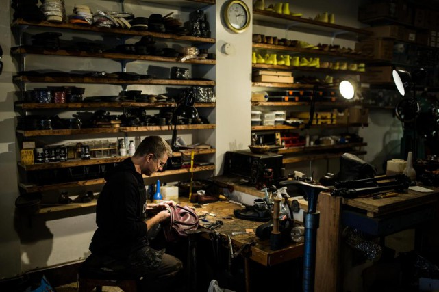 Dominique Bergeron s'affaire dans son atelier situé dans... (PHOTO EDOUARD PLANTE-FRÉCHETTE, LA PRESSE)