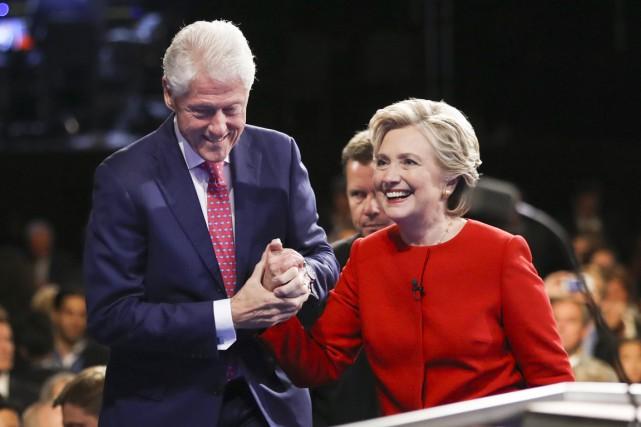 La candidate démocrate quitte la scène en compagnie... (photo Joe Raedle, archives AP)