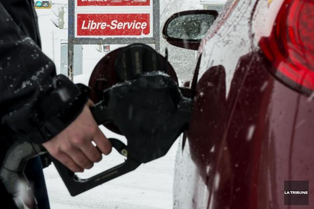 Les automobilistes ont intérêt à magasiner leur essence à Sherbrooke, car le... (Archives La Tribune, Jessica Garneau)