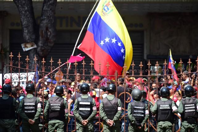Des opposants au pésident Maduro manifestent devant l'Assemblée... (PHOTO AFP)