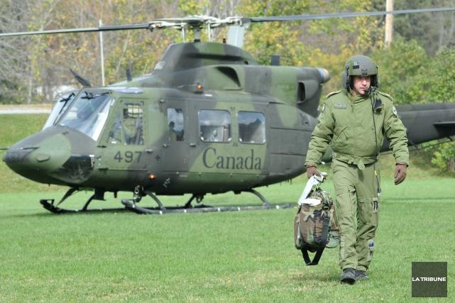 Samedi, un hélicoptère militaire survolera le territoire sherbrookois... (Archives La Tribune, Maxime Picard)