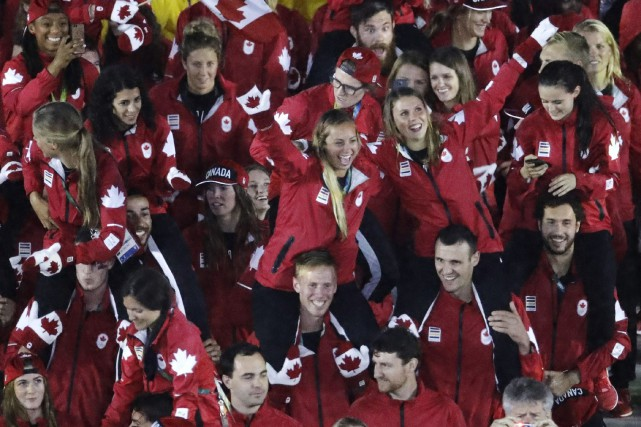 Les athlètes canadiens à la cérémonie de clôture... (Photo Charlie Riedel, AP)