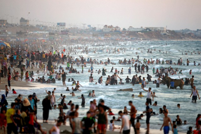 Une journée à la plage à Gaza, en... (PHOTO REUTERS)