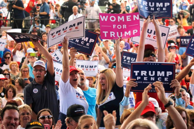 Des partisans de Donald Trump lors d'un rallye... (PHOTO REUTERS)
