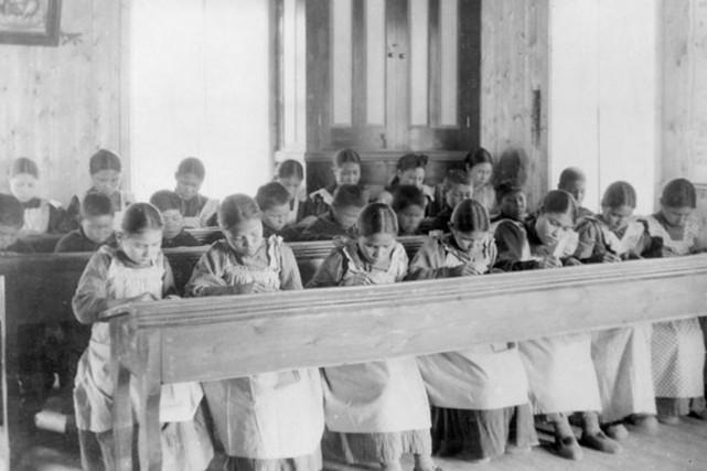 De jeunes Autochtones à l'étude dans un pensionnat,... (Photo fournie, Bibliothèque et Archives Canada)