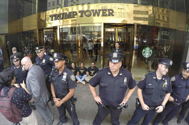 Des policiers montaient la garde devant un édifice... (AFP, William Edwards)