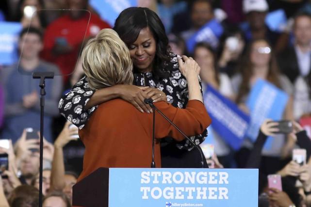Michelle Obama et Hillary Clintonse sont chaleureusement embrassées... (AFP, Logan Cyrus)