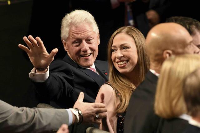 Bill Clinton et sa fille Chelsea. WikiLeaks met... (AFP, Saul Loeb)