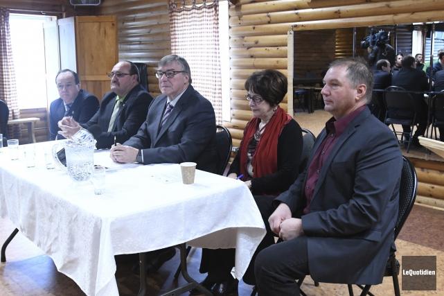 Les maires Hervé Simard (Ferland-et-Boilleau), Rémi Gagné (Rivière-Éternité),... (Photo Le Quotidien, Michel Tremblay)