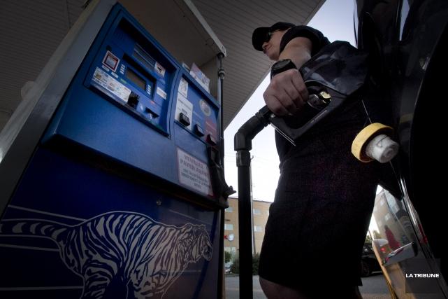 La hausse du prix de l'essence fait bondir... (Archives La Tribune, René Marquis)