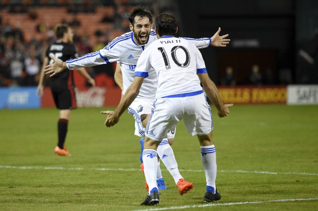 Matteo Mancosu, avec deux buts, et Ignacio Piatti... (Photo AP)