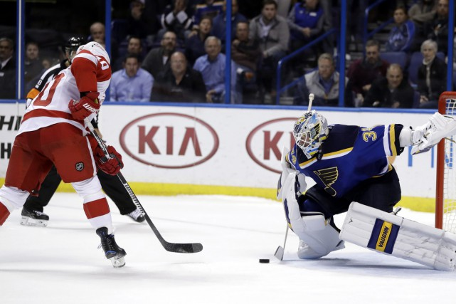 Henrik Zetterberg signe le but de la victoire... (Photo Jeff Roberson, AP)