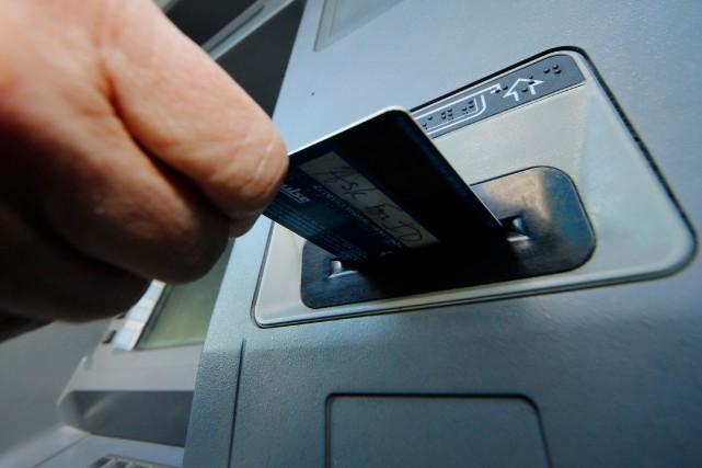 Aux États-Unis, les guichets automatiques fournissent encore des... (Photo d'archives AP)