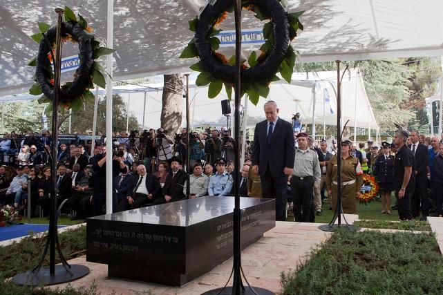 Le premier ministre Benyamin Nétanyahou s'est recueilli devant... (PHOTO DAN BALILTY, AFP)