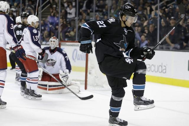 Joonas Donskoi (à droite), des Sharks, célèbre après... (Photo Ben Margot, AP)