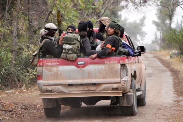 Des combattants de Jaich al-Fatah sont entassés à... (photo Omar haj kadour, AFP)