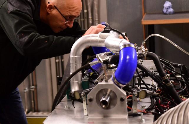 L'inventeur Shaul Yakobi, cofondateur d'Aquarius Engines, travaille sur... (toutes les photos : AFP)