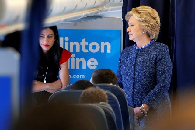 La candidate démocrate Hillary Clinton s'entretient avec son... (photo Brian Snyder, REUTERS)