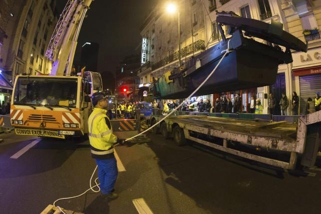Le bateau-vanne a été descendu dans les égouts... (AFP, Joël Saget)