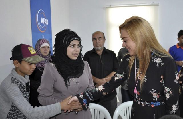 Lindsay Lohan visitant un camp de réfugiés syriens... (Photo AP)
