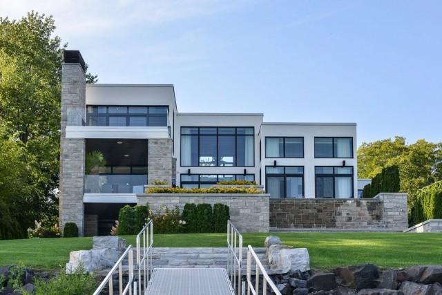 Cette demeure située à Carignan a été construite... (Photo fournie par Re/Max)