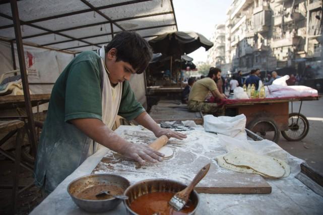 Un jeune garçon prépare des mana'ichs dans un... (Photo KARAM AL-MASRI, AFP)