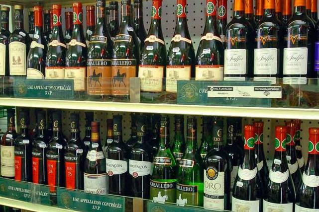 Des bouteilles de vin peuvent maintenant être achetées dans quelque 67... (Photothèque Le Soleil)