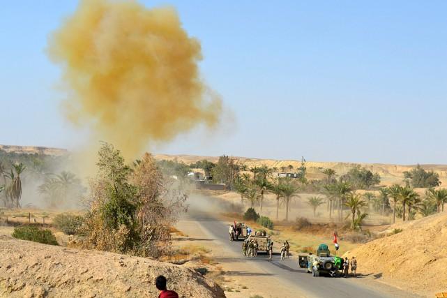 Des soldats irakiens effectuent des opérations de déminage... (PHOTO ARCHIVES ASSOCIATED PRESS)