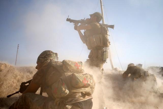Des membres des forces spéciales irakiennes effectuent des... (PHOTO GORAN TOMASEVIC, REUTERS)