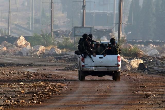 Des rebelles syriens sur la route d'al-Assad, à... (PHOTO AMMAR ABDULLAH, REUTERS)