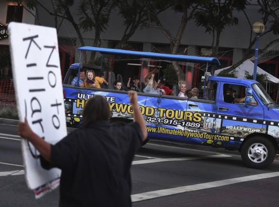 Des partisans de Donald Trump scandent des slogans... (AFP)