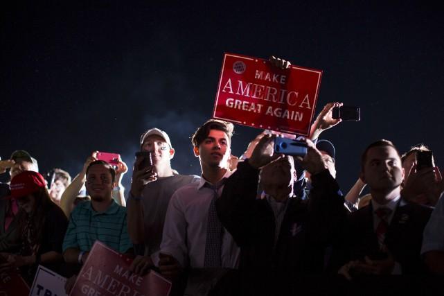 Des partisans de Donald Trump attendent le candidat... (AP)