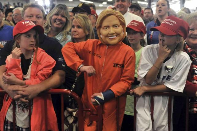 Un enfant portant un masque d'Hillary Clinton et... (AFP, Jason Connolly)