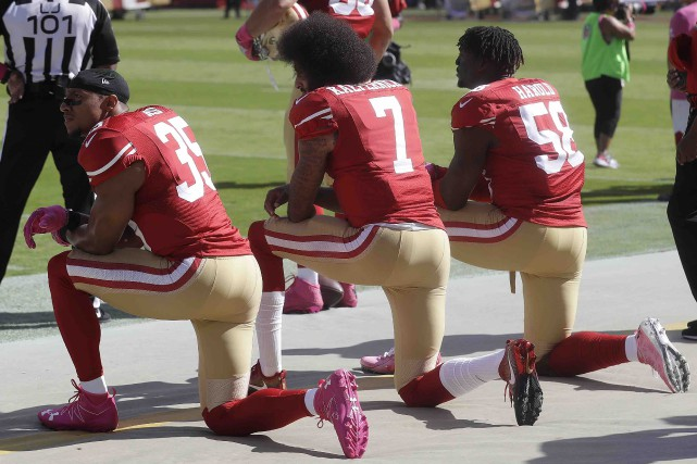 Le boycottage de l'hymne américain par Colin Kaepernick... (Archives AP, Marcio Jose Sanchez)