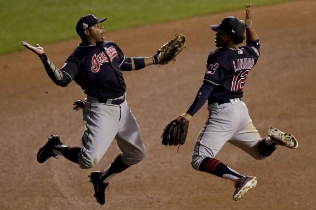 Rajai Davis et Francisco Lindor se congratulent à... (Photo AP)