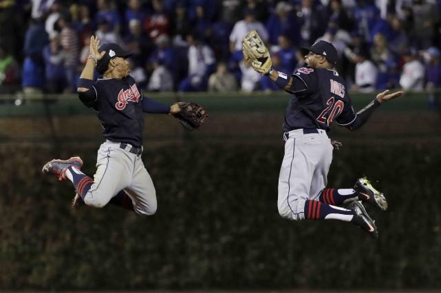 Francisco Lindor et Rajai Davis célèbrent la victoire... (AP, David J. Phillip)